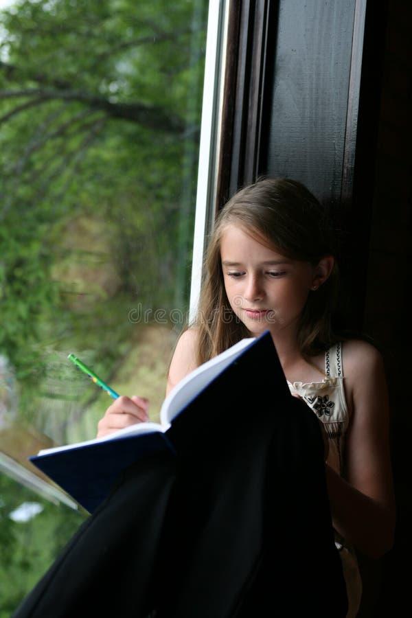 女孩她的日记帐文字年轻人 免版税库存照片