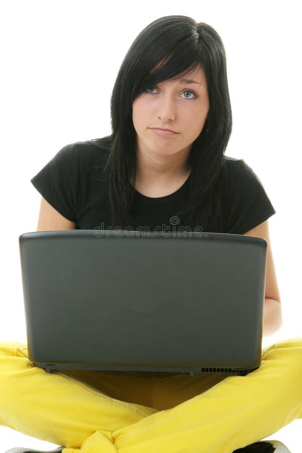 女孩她的膝上型计算机工作 库存照片