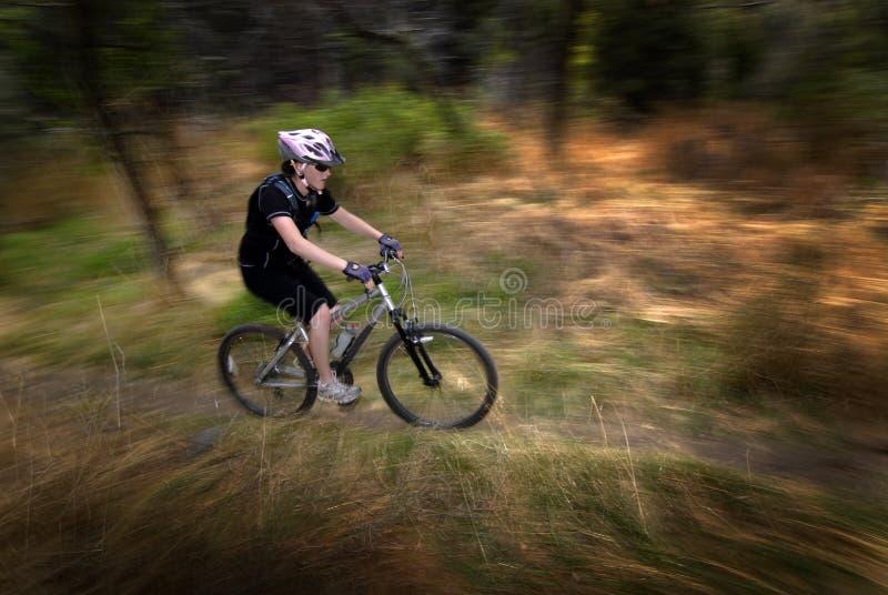 女孩妇女山骑自行车 库存照片