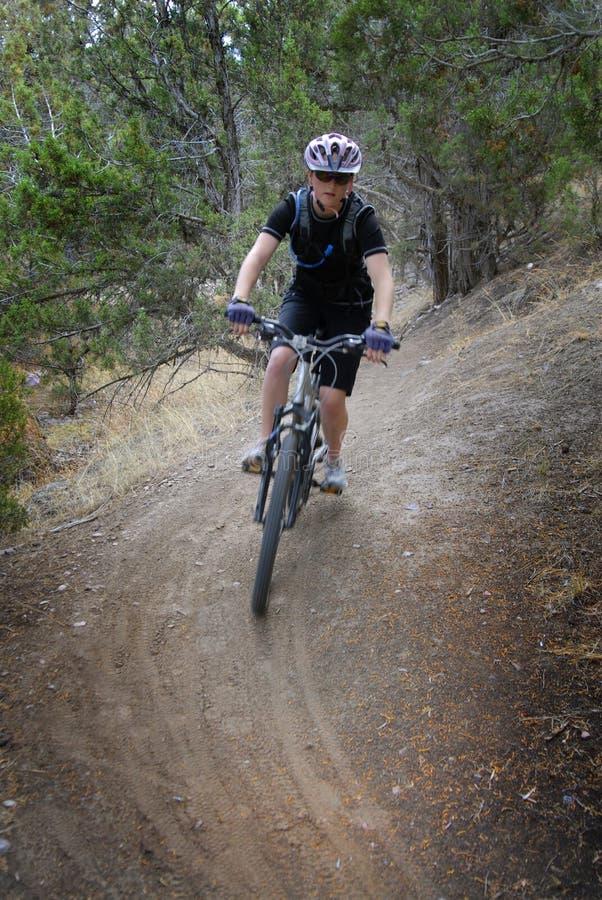 女孩妇女山骑自行车 库存图片