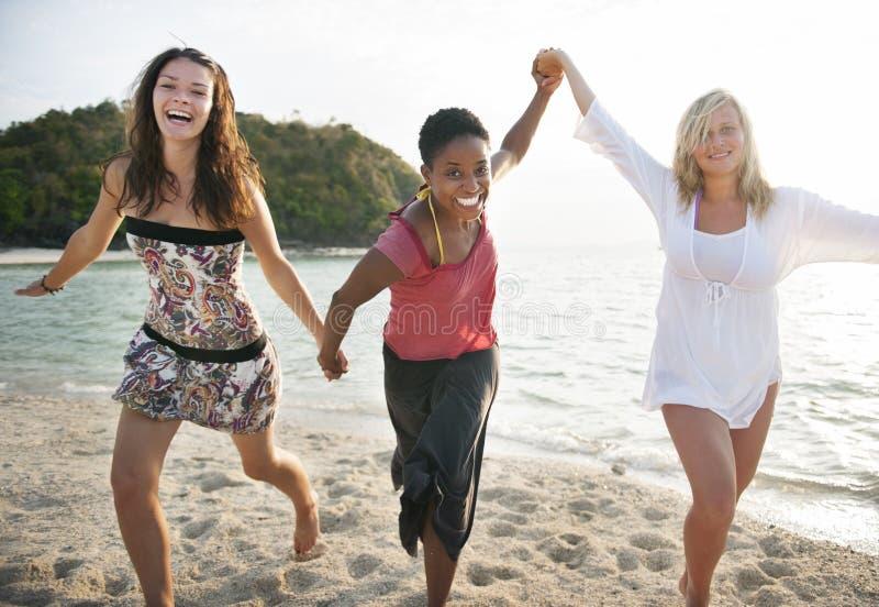 女孩妇女海滩乐趣享受休闲概念 图库摄影