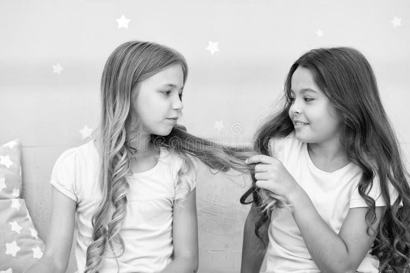 女孩姐妹花费宜人的时间在卧室沟通 有的好处姐妹 令人敬畏的津贴有姐妹 库存照片