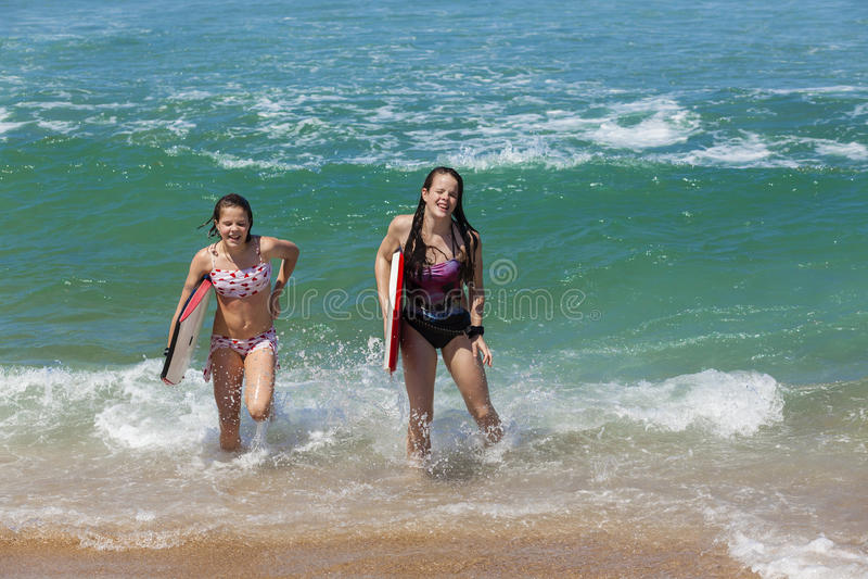 女孩委员会海滩波浪 免版税库存图片