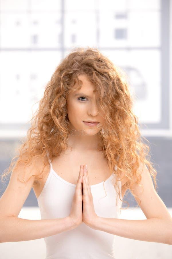 女孩姿势实践的祷告俏丽的瑜伽 库存图片