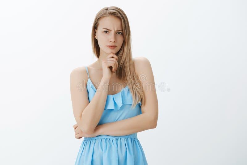 女孩嫌疑犯错误的事 serious-looking有关和体贴的悦目白肤金发的妇女画象蓝色的 库存图片