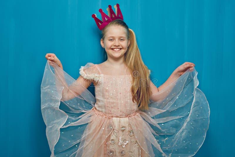女孩孩子穿典雅的桃红色礼服的和纸加冠 库存图片