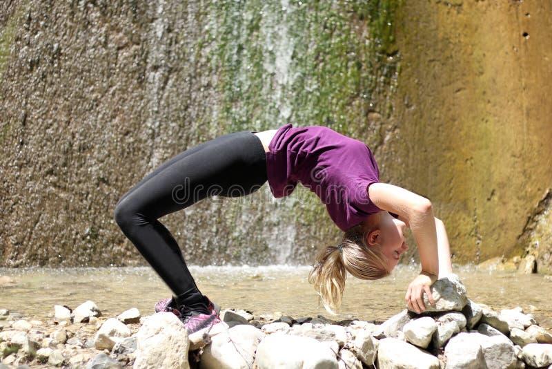 女孩实践瑜伽 免版税库存图片