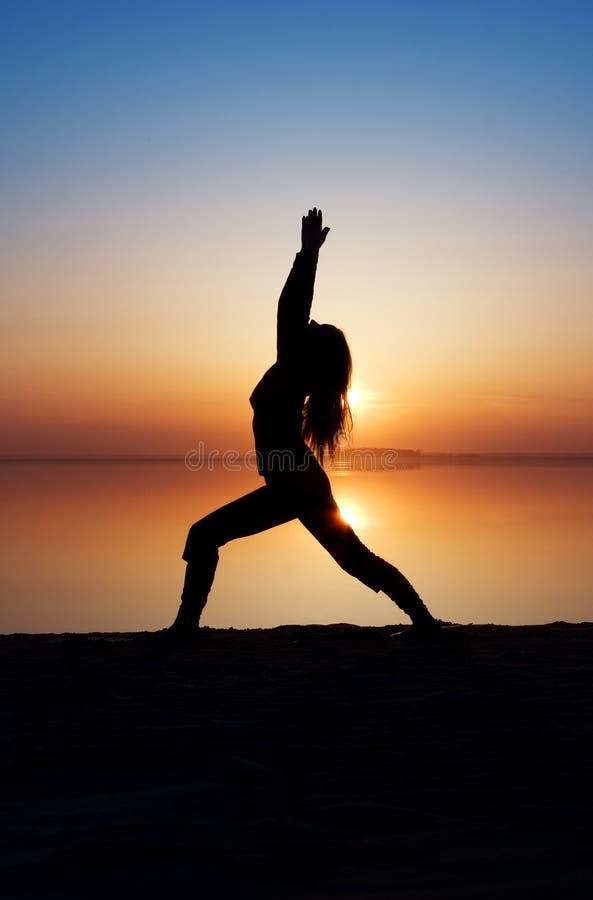女孩实践的瑜伽 库存照片