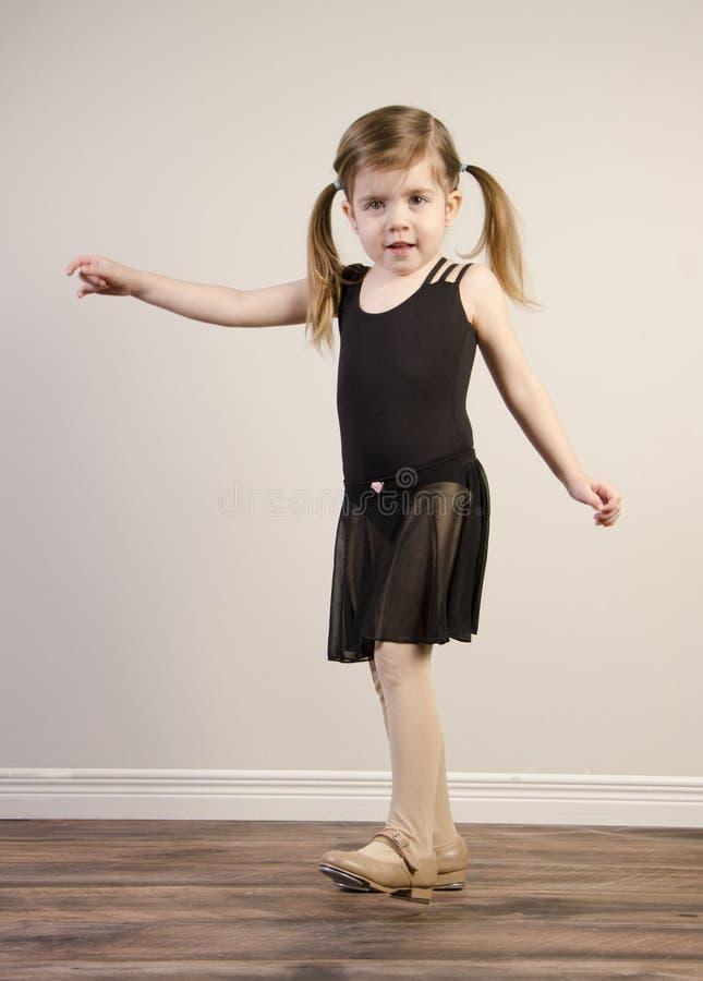 女孩实践的踢踏舞 免版税库存照片