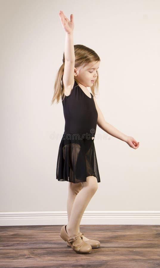 女孩实践的踢踏舞 库存图片