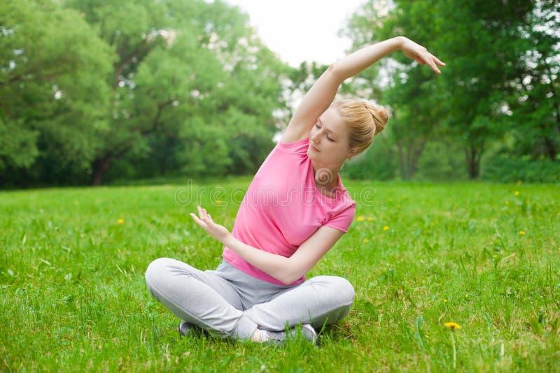 女孩室外在公園 瑜伽圖片