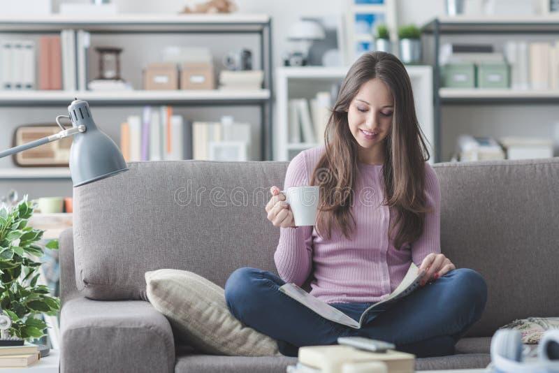 女孩家庭放松 免版税库存图片