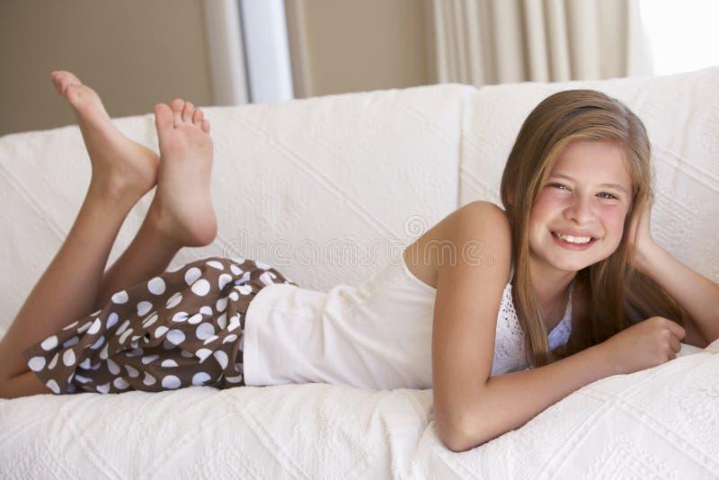 女孩家庭松弛沙发年轻人 库存照片