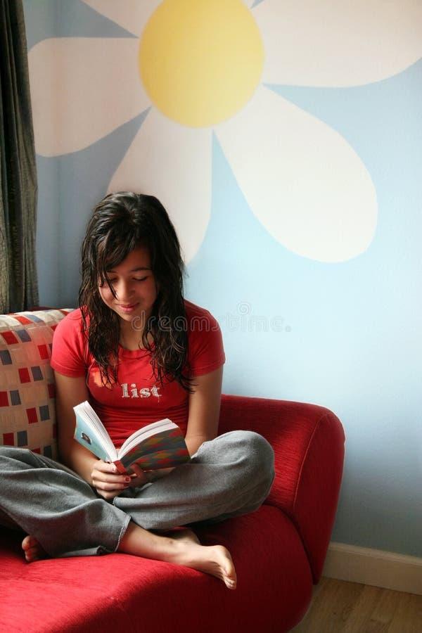 女孩家庭读取 免版税库存照片