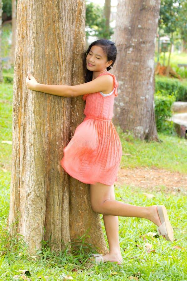 女孩容忍结构树 免版税图库摄影