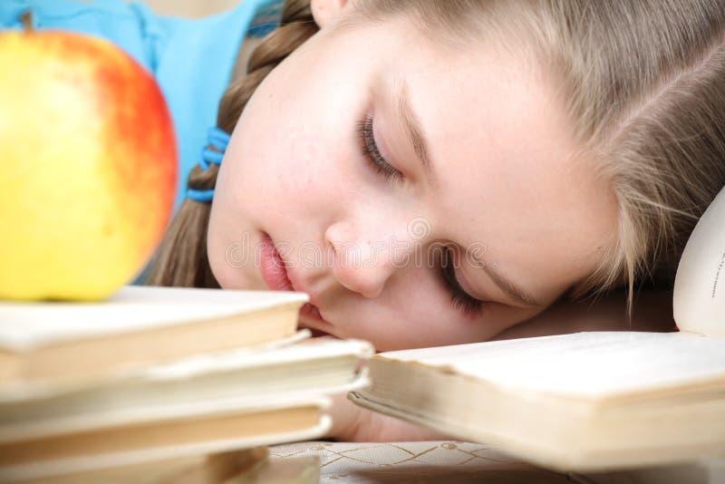 女孩对房子课程的准备是疲乏 免版税库存照片