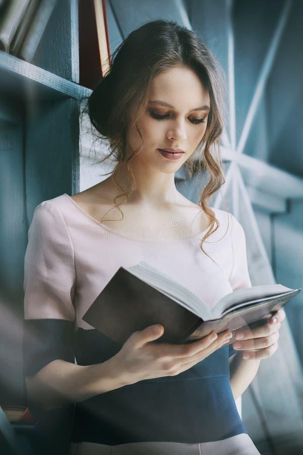 女孩小心地读书 免版税图库摄影