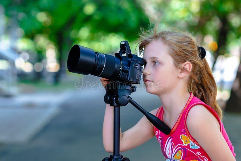 女孩小摄影师 库存照片