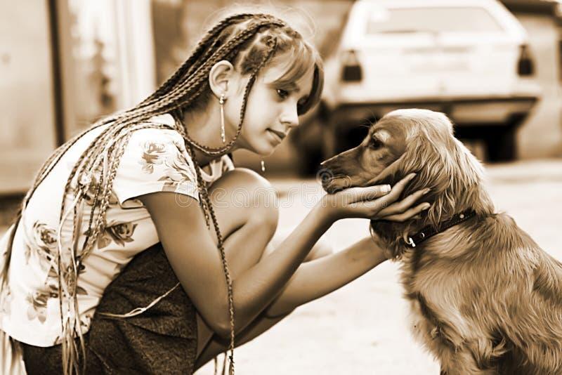 女孩小的小狗 图库摄影