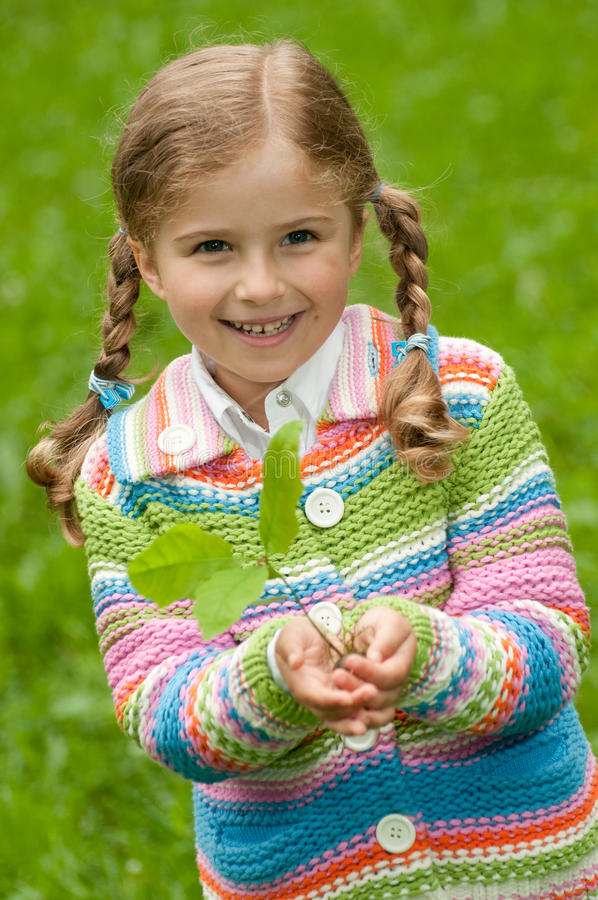女孩小的橡木幼木 免版税库存照片