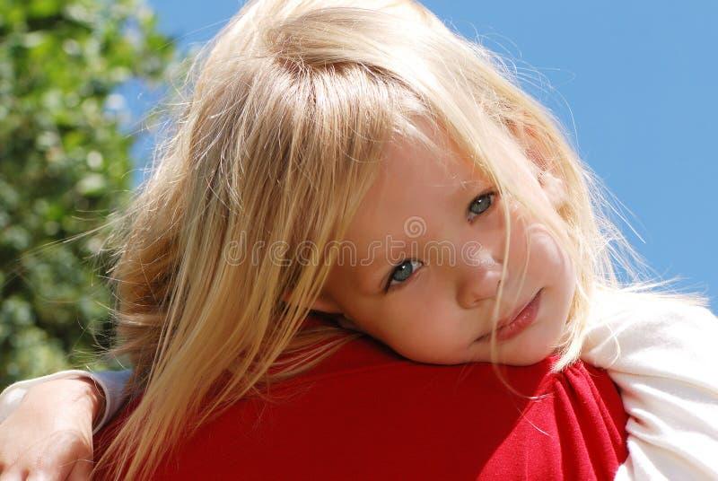 女孩小的母亲肩膀 免版税库存照片