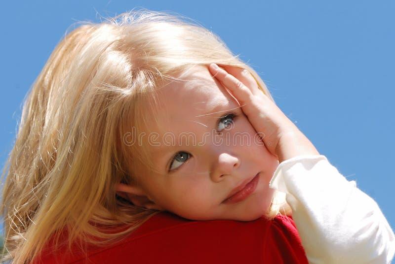 女孩小的母亲肩膀 库存图片
