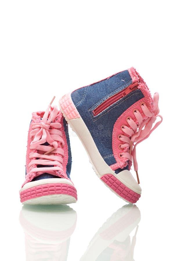 女孩小的运动鞋 库存图片