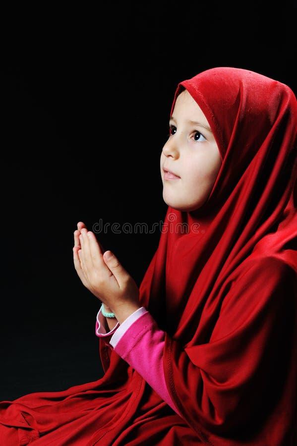 女孩小穆斯林祈祷 库存照片