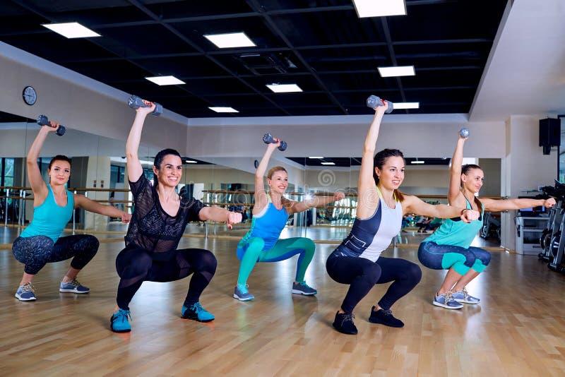 女孩小组训练健身房的 库存照片