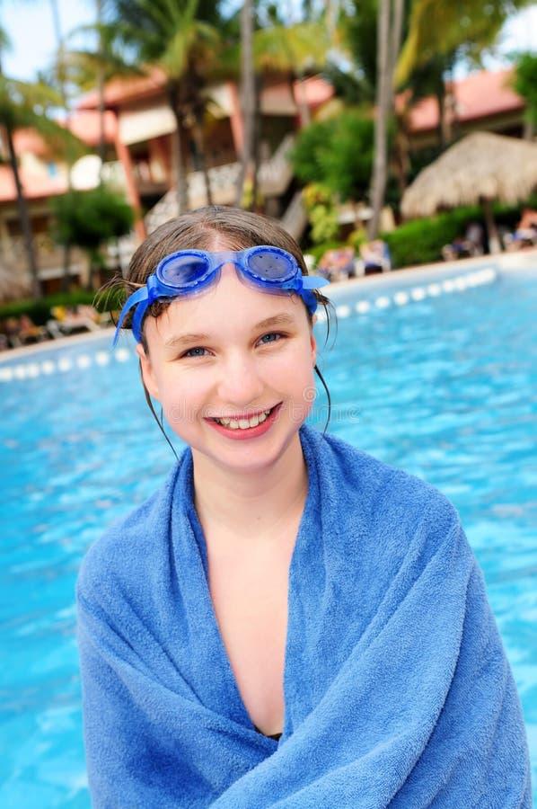 女孩少年池的游泳 免版税图库摄影