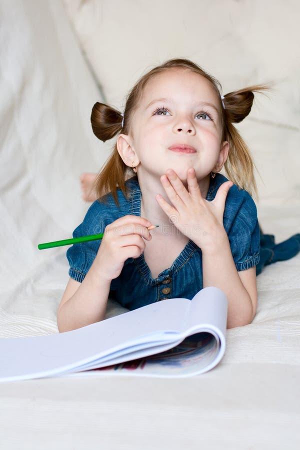 女孩少许绘画 免版税库存图片