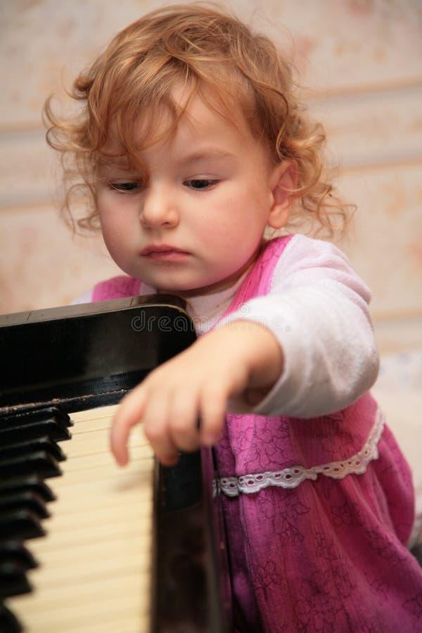 女孩少许钢琴 免版税库存照片