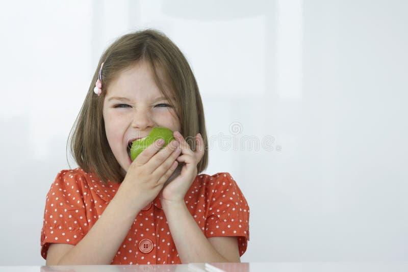 女孩尖酸的绿色苹果计算机 库存图片