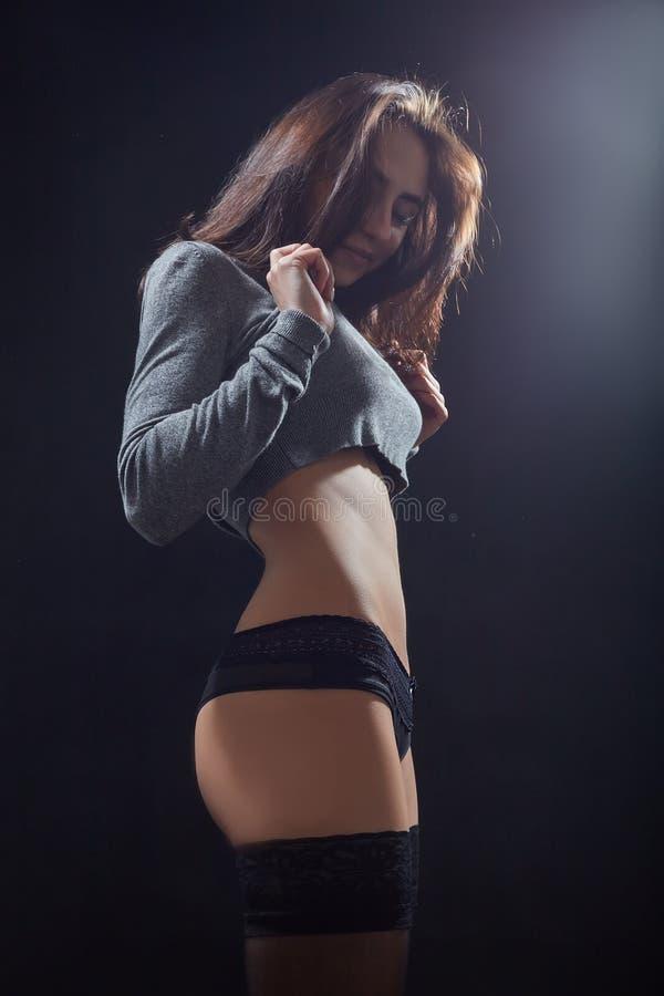 女孩展示亭亭玉立的身体 库存照片