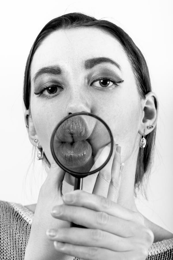 女孩展示嘴唇 免版税库存照片