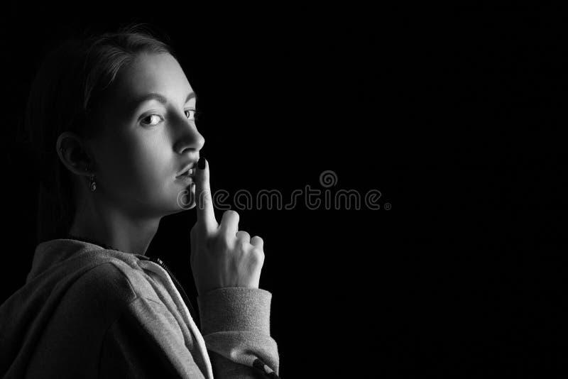 女孩展示沈默 免版税库存照片