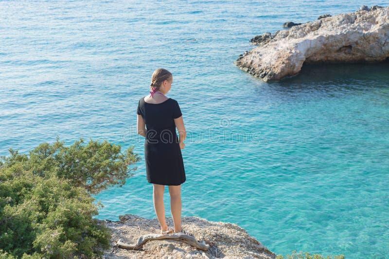 女孩岸海湾小海湾海洋海视图看的妇女白种人 库存照片