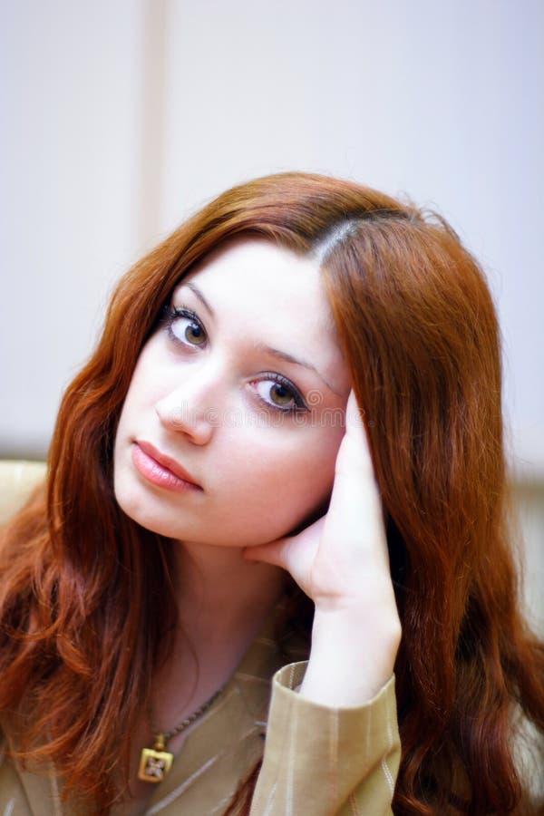 女孩带红色头发的办公室 库存照片
