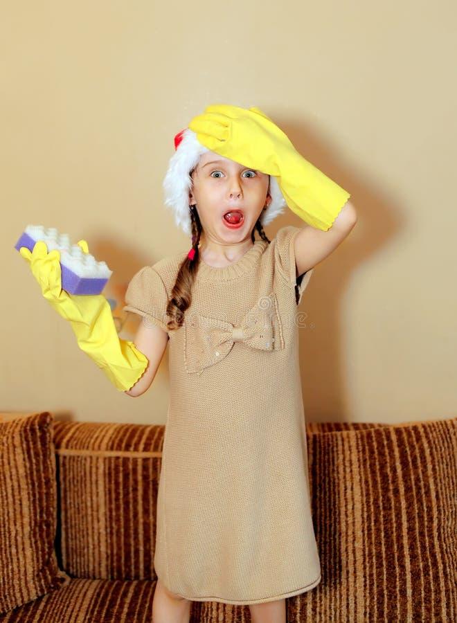 女孩帽子圣诞老人惊奇了 免版税库存图片