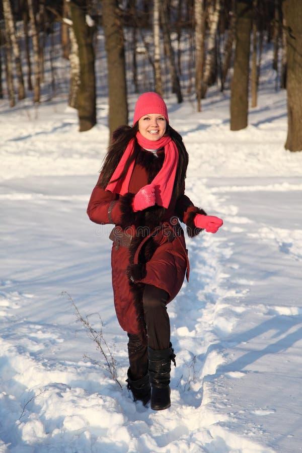 Download 女孩帽子粉红色围巾微笑的走 库存照片. 图片 包括有 礼服, 人们, 成人, 幸福, 帽子, 乐趣, 投反对票 - 15690794