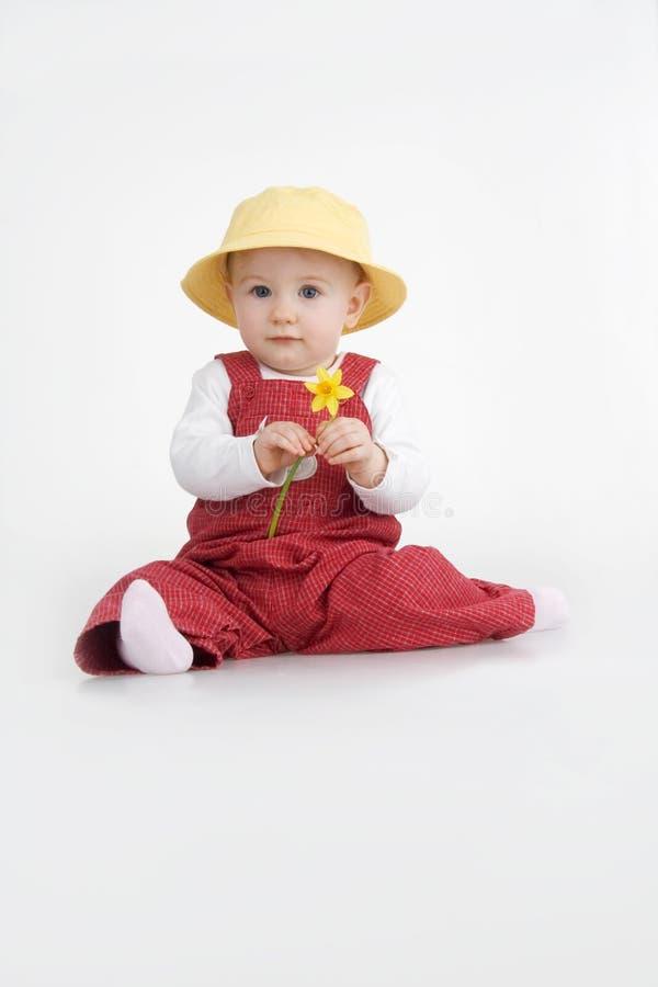 女孩帽子jonquil坐的一点 库存图片