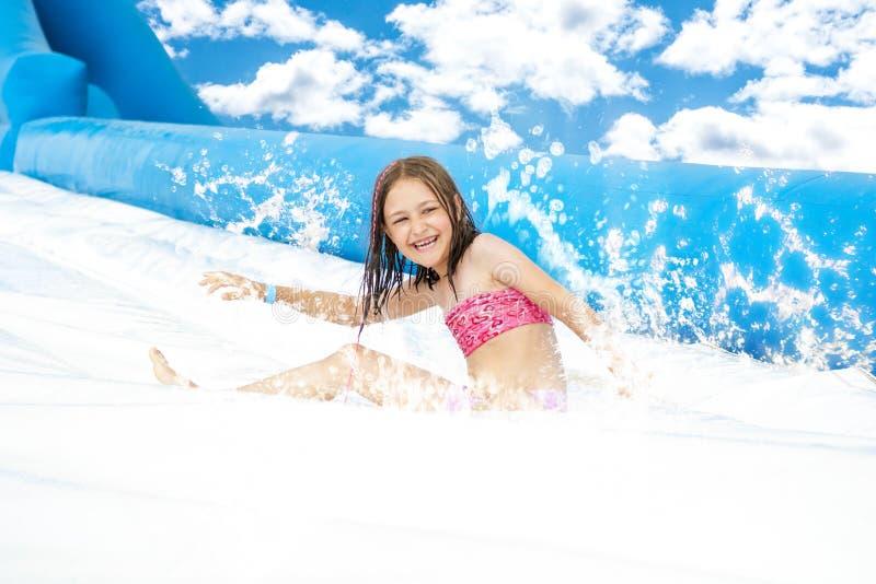 女孩幻灯片在Aquapark 免版税库存图片