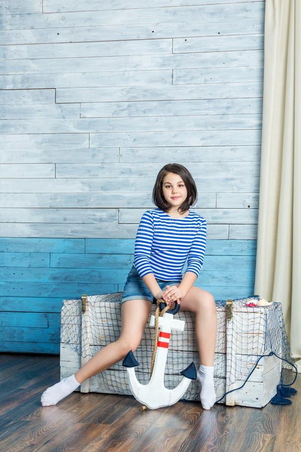 女孩开会和保留船锚 免版税图库摄影