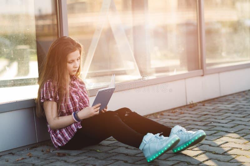 女孩开会和读书书 免版税库存图片