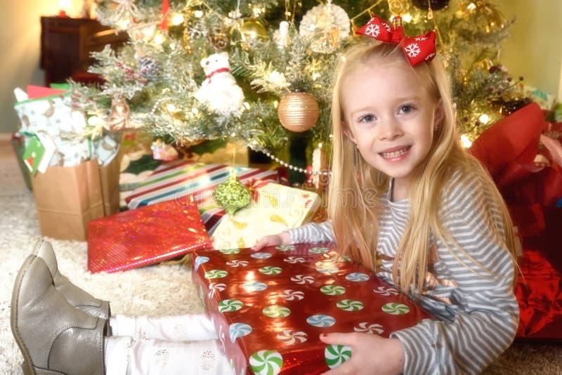 女孩开头礼物 免版税库存图片