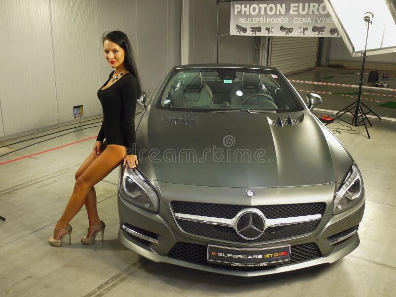 女孩式样奔驰车汽车自动展示 免版税库存图片