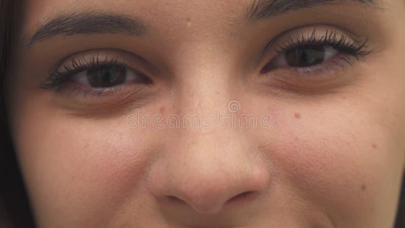 女孩张开她的眼睛 免版税库存图片