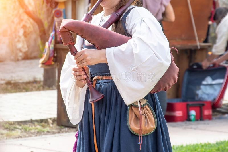 女孩弹一支乐器风笛,关闭看法 库存照片