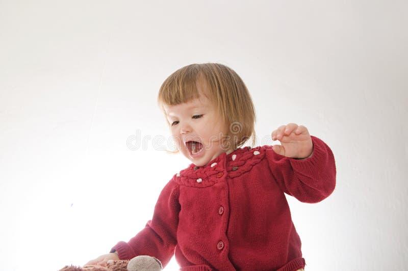 女孩微笑愉快 有熊的逗人喜爱的白种人在白色背景隔绝的婴孩和玩偶 库存照片