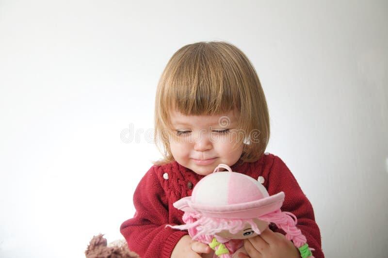 女孩微笑愉快 有熊的逗人喜爱的白种人在白色背景隔绝的婴孩和玩偶 免版税库存图片